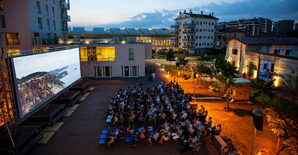 Cinema all'aperto in cuffia a mare culturale urbano
