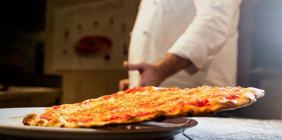 Croccante, leggera e con impasto di grani antichi: da Eataly, la nuova era della pizza