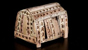 Cofanetto per  le reliquie in osso esposto alla mostra di Pavia