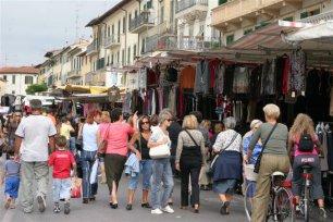 mercato della toscana in piazza mercatale a prato