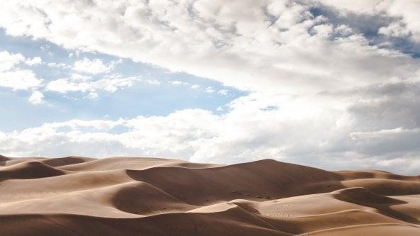 Luomo che conosce la storia del deserto