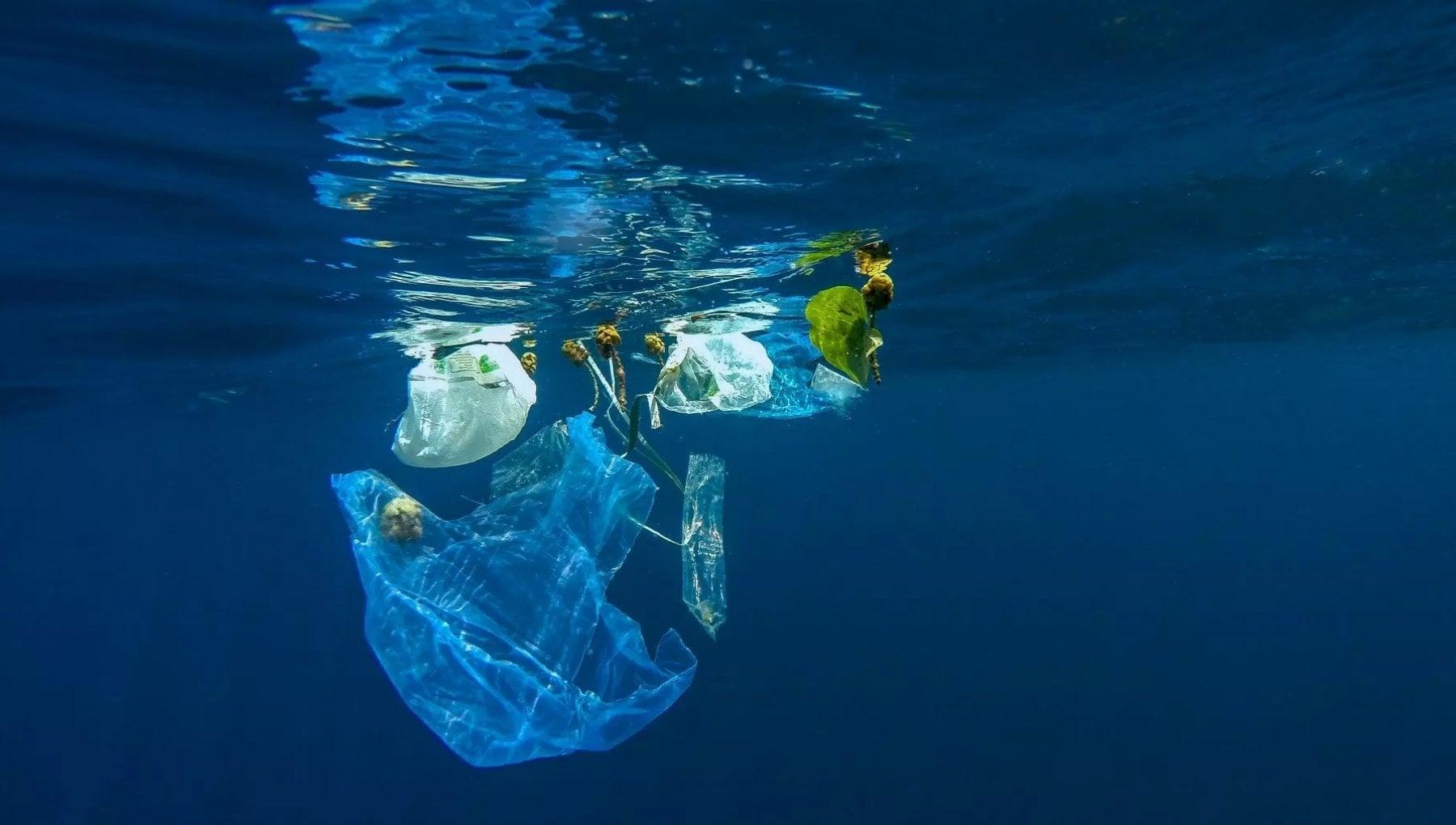 Accordo mondiale per arginare il fiume di plastica, UK e Stati Uniti dicono no