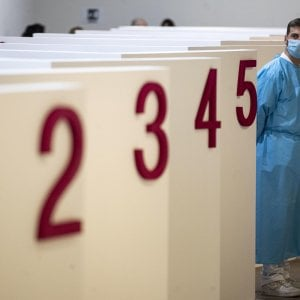 094639239 7dfbf31d 9c24 4f36 b6b7 a2f29d21474d - Coronavirus nel mondo, l'Europa riparte con i vaccini AstraZeneca. Ma in Francia andrà solo a chi ha più di 55 anni