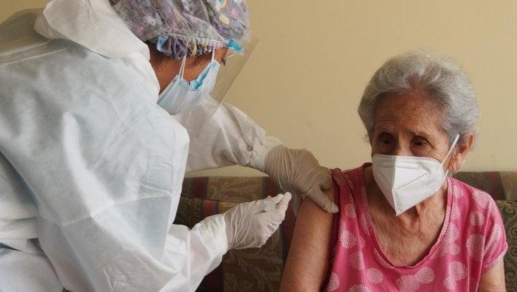 Covid, per proteggere gli anziani Londra pensa al vaccino obbligatorio per medici e infermieri - la Repubblica
