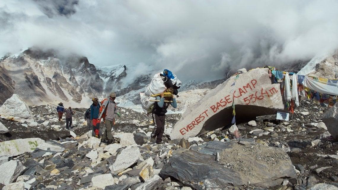 Nepal, via i rifiuti dalle vette. La missione impossibile degli sherpa, guidati da una donna
