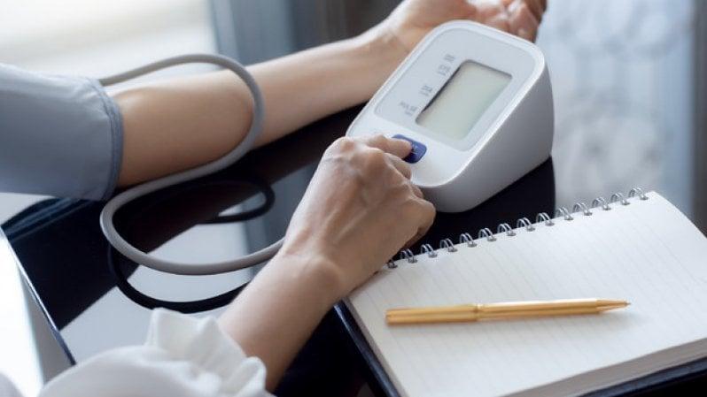 Pressione alta: come (e dove) misurarla, che cosa fare, quando ricorrere ai farmaci