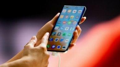 Bambini e smartphone, lappello dei pediatri: Non regalateli per la Prima Comunione