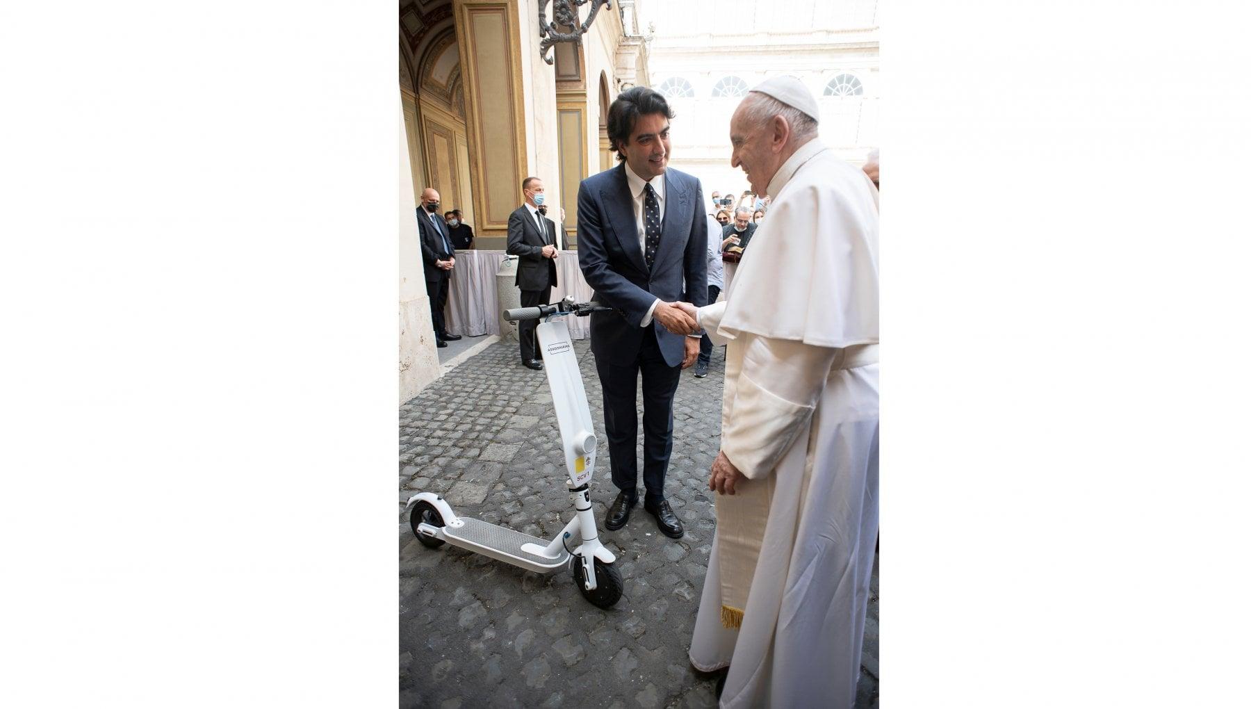 Papa Bergoglio ha il suo monopattino elettrico