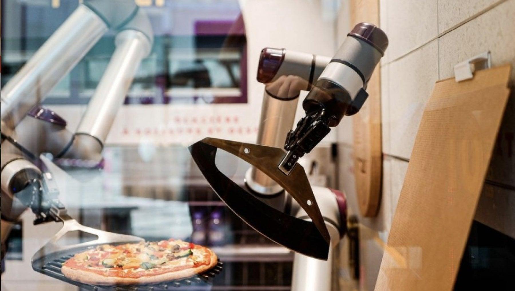A Parigi la pizzeria senza pizzaiolo: a impastare e infornare ci pensano i robot