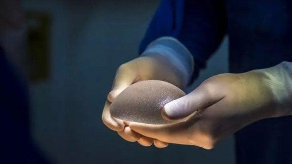 Contrordine per le protesi al seno: il legame con il linfoma è più che probabile