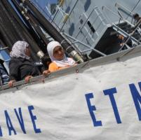 La nave Etna sbarca 1300 migranti a Taranto