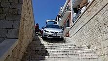 """L'auto in bilico sulle scale dei turisti australiani """"Colpa del navigatore""""/ Ft"""