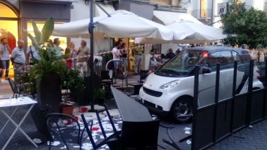 Auto travolge i tavolini del bar /    Foto    dieci tragazzi feriti nell'isola pedonale