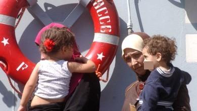 Brindisi, lo sbarco dei 140 bambini  molti non sono accompagnati /   Foto