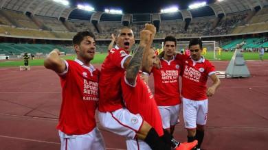 Il nuovo Bari non sbaglia la prima  Al San Nicola batte il Savona  per 2-1     Il fotoracconto della partita   La rovesciata di De Luca come Pelè   Video