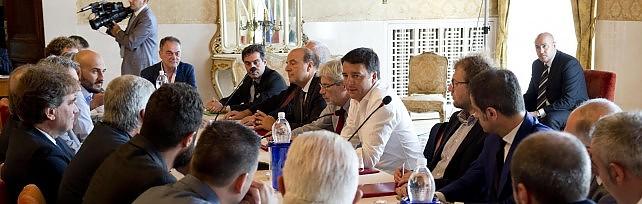 """Selfie e strette di mano, Renzi a Peschici  """"Noi non vi lasceremo soli"""""""