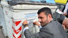 """Foto / Sindaco e assessori  addetti ai cassonetti attaccano gli adesivi """"No rifiuti la domenica""""   di FRANCESCO PETRUZZELLI"""
