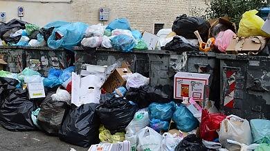 """Scempio rifiuti  nel borgo -    Foto    L'Amiu minaccia: """" Via i cassonetti """""""