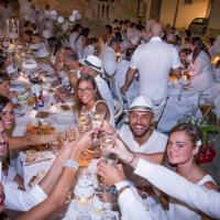 Cena in bianco, la moda social che contagia tutta la provincia