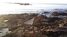 Foto  - Una panchina  in mezzo al mare per i vandali innamorati