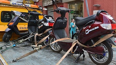 Bici elettriche o scooter taroccati? -   Foto    Raffica di sequestri,  proprietari in rivolta