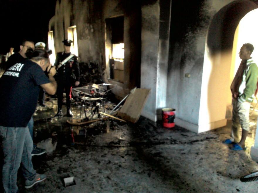 Incendio nell 39 ex casa del rifugiato distrutti due piani for Piani di casa del mississippi