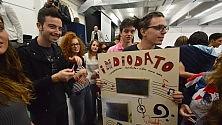 Selfie e autografi  sui registri di classe  ciclone Diodato  al liceo Fermi -  Foto