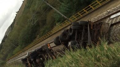 Un tir precipita sui binari, autista illeso  ma treni fermi tra Foggia e Benevento -  Ft