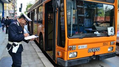 Autista Amtab ha un infarto alla guida bus precipita sulle auto in sosta /    Le foto