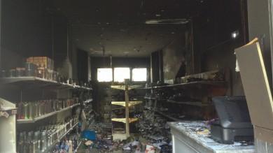 Incendiano negozio e sparano   Foto    salva la proprietaria ostaggio delle fiamme