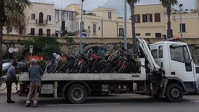 """I vigili 'sequestrano' le bici sui marciapiedi Il sindaco: """"Subito nuovi posteggi""""/   Il blog"""