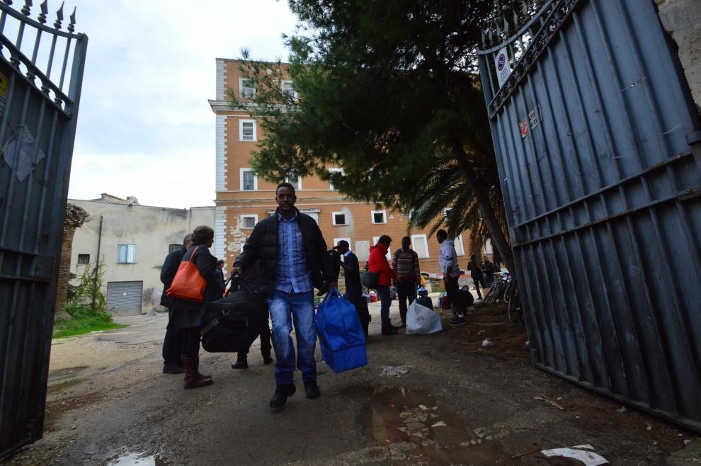 Migranti addio all 39 ex casa del rifugiato 1 di 1 bari for Casa del capannone