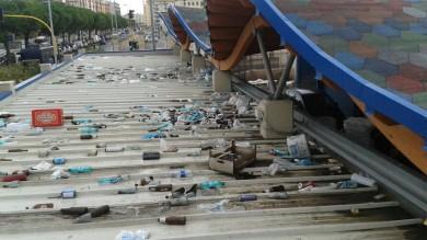 Ft   - Qualcosa non va sul tetto del mercato un mare di bottiglie e rifiuti sui box