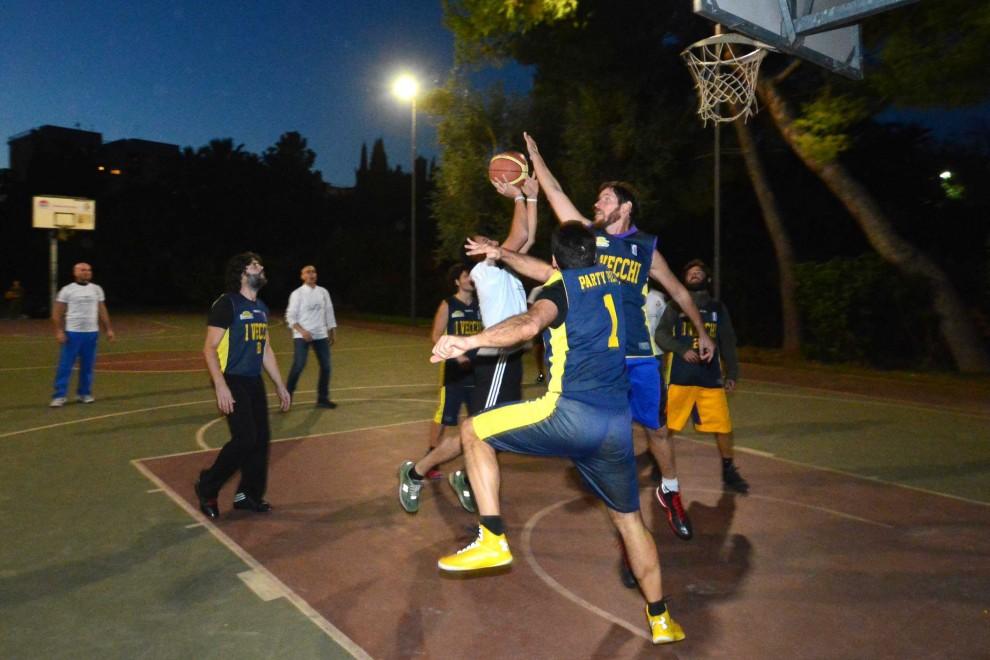 Illuminazione intelligente a parco giugno decaro sfida a basket