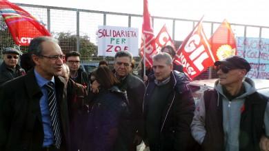 A Brindisi tutti in piazza per Zoe  licenziata dopo il cancro /   Foto