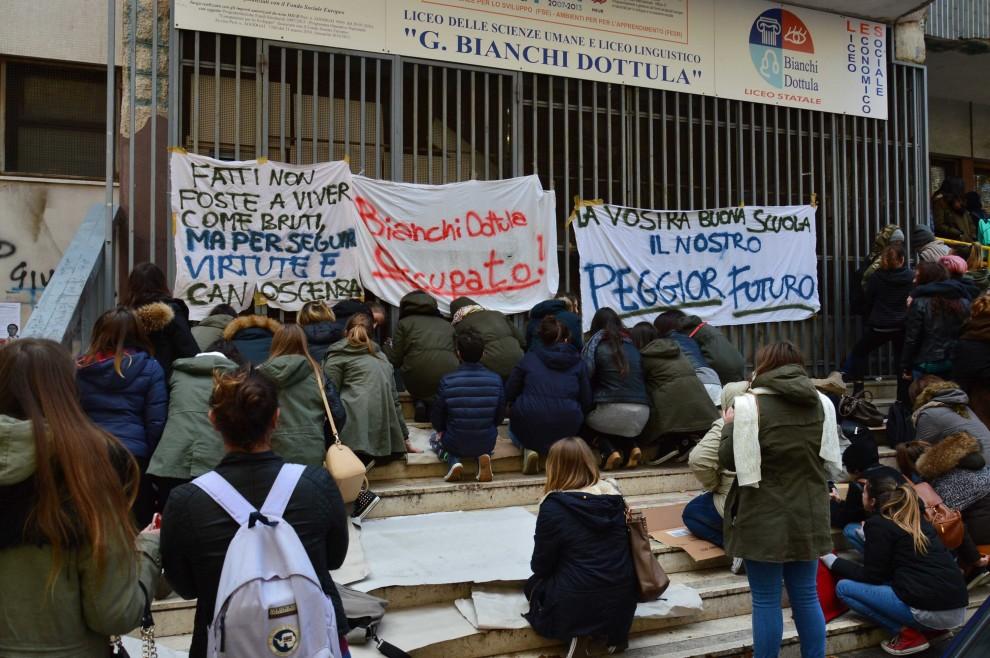La protesta dilaga in tutte le scuole:  pugno duro dei presidi, piovono denunce