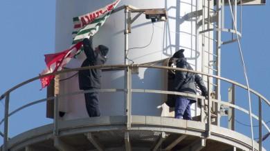 Manfredonia, Sangalli vetro in crisi due operai sulla torre della fabbrica -   Foto