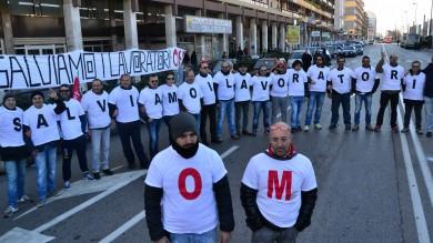 """Om , la Regione accusa il governo """"Gli operai temono lo scippo pretendiamo la verità""""  -    Le foto"""