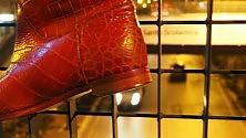 La città addobbata  con le scarpe rosse -  Foto  per il no al femminicidio     di ALESSIA DE PASCALE