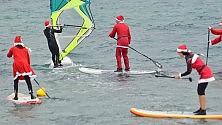 I surfisti vestiti da Babbo Natale