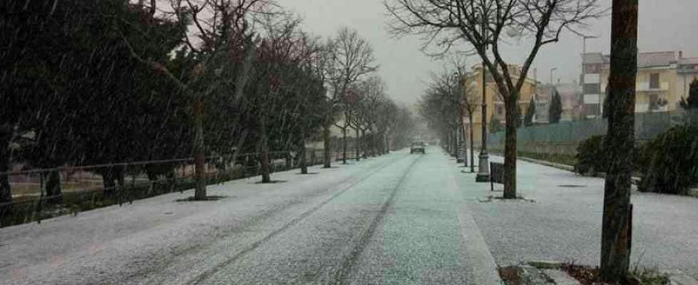 La neve imbianca la Puglia: disagi in Capitanata, allerta per Bari. Sale e senzatetto, il piano del Comune