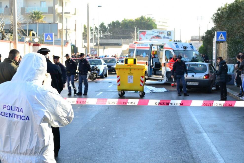 Bari, uomo ucciso in strada col kalashnikov