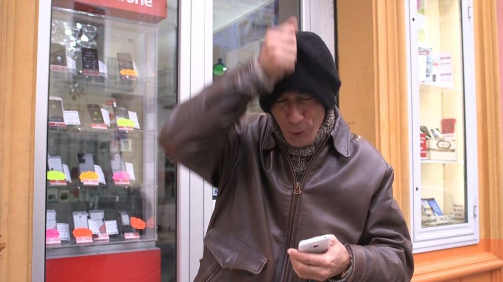 Gira spot simulando una rapina, il comico barese  placcato dalla polizia sul set e denunciato