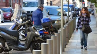 """Archetti e paletti via dai marciapiedi  """"Un pericolo per auto e pedoni"""" -    Le foto"""