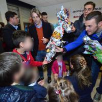 Uova di cioccolato e autografi per Pasqua, i calciatori del Bari dai bimbi in ospedale