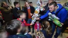 Uova di cioccolato  e autografi per Pasqua i calciatori del Bari  dai bimbi in ospedale -  Ft