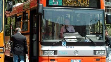 Violenza senza fine sui bus, preso a pugni  perché chiede di non fumare