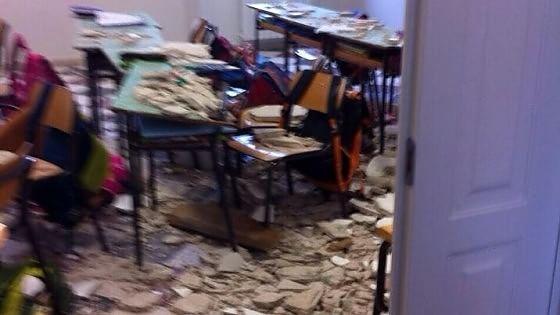 Crollo dal soffitto della scuola appena ristrutturata, due bimbi feriti a Ostuni