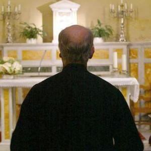La Chiesa lo caccia, ex prete pedofilo arrestato per violenza su un ragazzino della scuola calcio