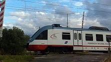 Passaggio a livello aperto, ma il treno non si ferma